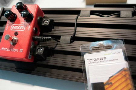 How do I keep the pedalboard's cables tidy? | Aclam Guitars
