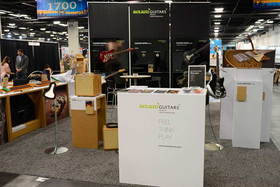 Aclam Guitars' stand with the Cubic3 amplifier, the Floating Guitars and the Smart Track pedalboard.